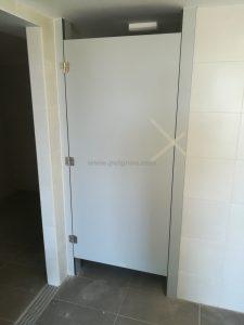 Porta pavelló de Tarragona. Fusteria Puignou. Porta col·locada.